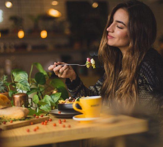 Perché è importante masticare bene il cibo?