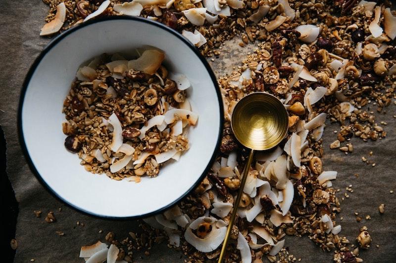 Granola croccante di semi, cocco e cachi