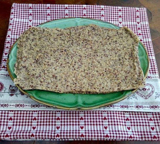 Schiacciata di quinoa, cocco, mandorle e semi di lino